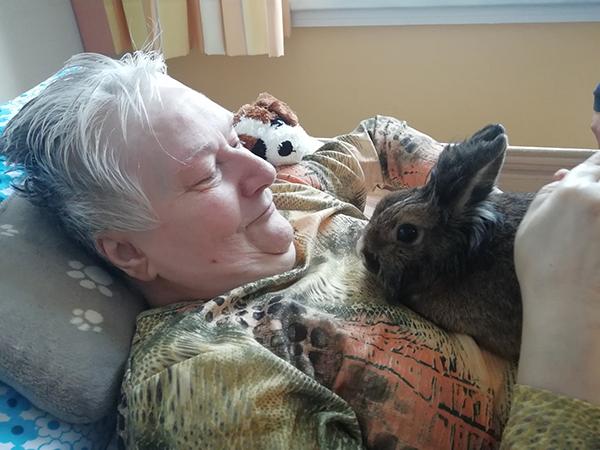 Bewohnerin mit Kaninchen