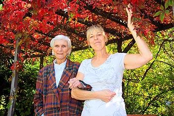 Betreuungskraft mit Seniorin im Park