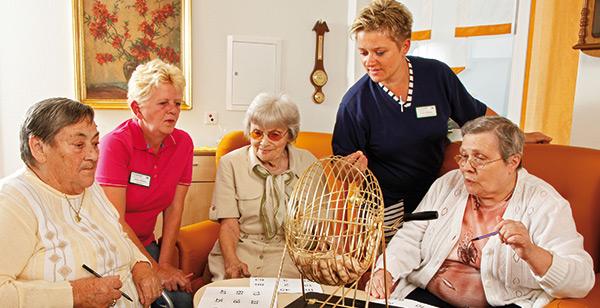 Senioren beim Bingo