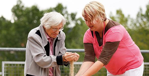 Seniorin mit Ergotherapeutin