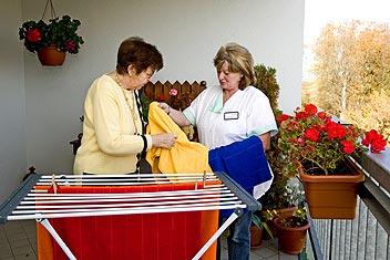 Beim Wäscheaufhängen
